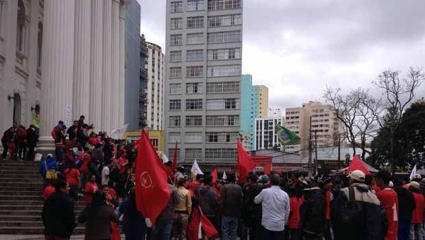 Manifestantes se concentraram em frente ao prédio histórico da UFPR, no Centro de Curitiba, na manhã desta quinta-feira (20) (Foto:  Ana Zimmermann / RPC)