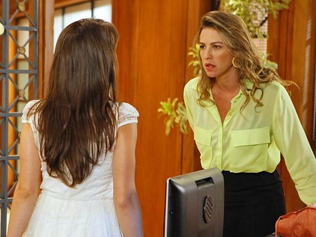 Carolina debocha de Vânia, mas fica nervosa com as acusações (Foto: Guerra dos Sexos / TV Globo)