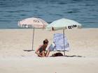 Yasmin Brunet vai de biquíni de lacinho azul a praia
