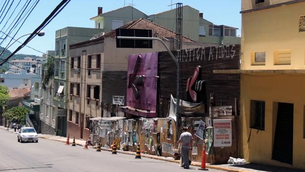 Pedestre passa por área isolada por cones em frente ao prédio onde funcionava a boate Kiss na Rua dos Andradas, em Santa Maria  (Foto: Felipe Truda/G1)