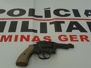 A arma utilizada no crime foi apreendida pela polícia. (Foto: Divulgação/6º BPM)