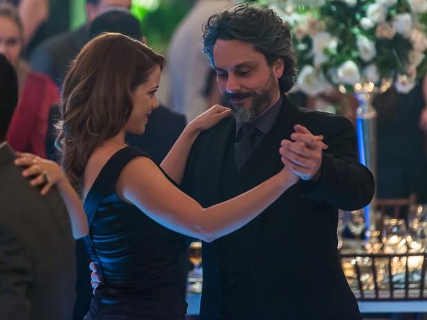 José Alfredo convence Cristina e tira a moça para dançar (Foto: Artur Meninea/GShow)