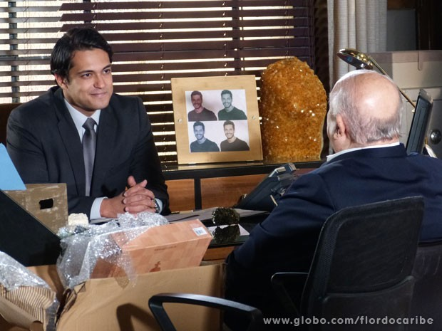 Hélio garante a Dioníso que Samuel está morto (Foto: Flor do Caribe / TV Globo)