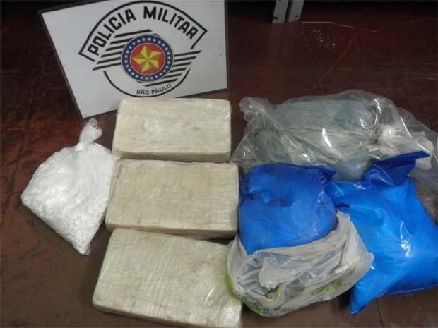 Foram apreendidos 6 quilos de cocaína e 1850 comprimidos de ecstasy em casa de Monte Alto (Foto: Divulgação/Polícia Militar)
