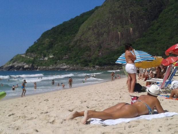 Em dia de forte calor cariocas e turistas procuram a Prainha, na Zona Oeste do Rio (Foto: Gabriel Barreira/ G1)