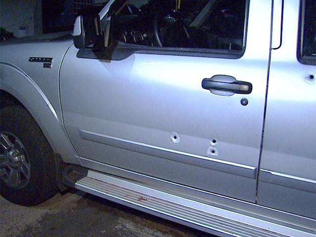 Caminhonete com marcas de seis tiro será periciada pela Polícia Civil em Ribeirão Preto, SP (Foto: Antônio Luiz/EPTV)