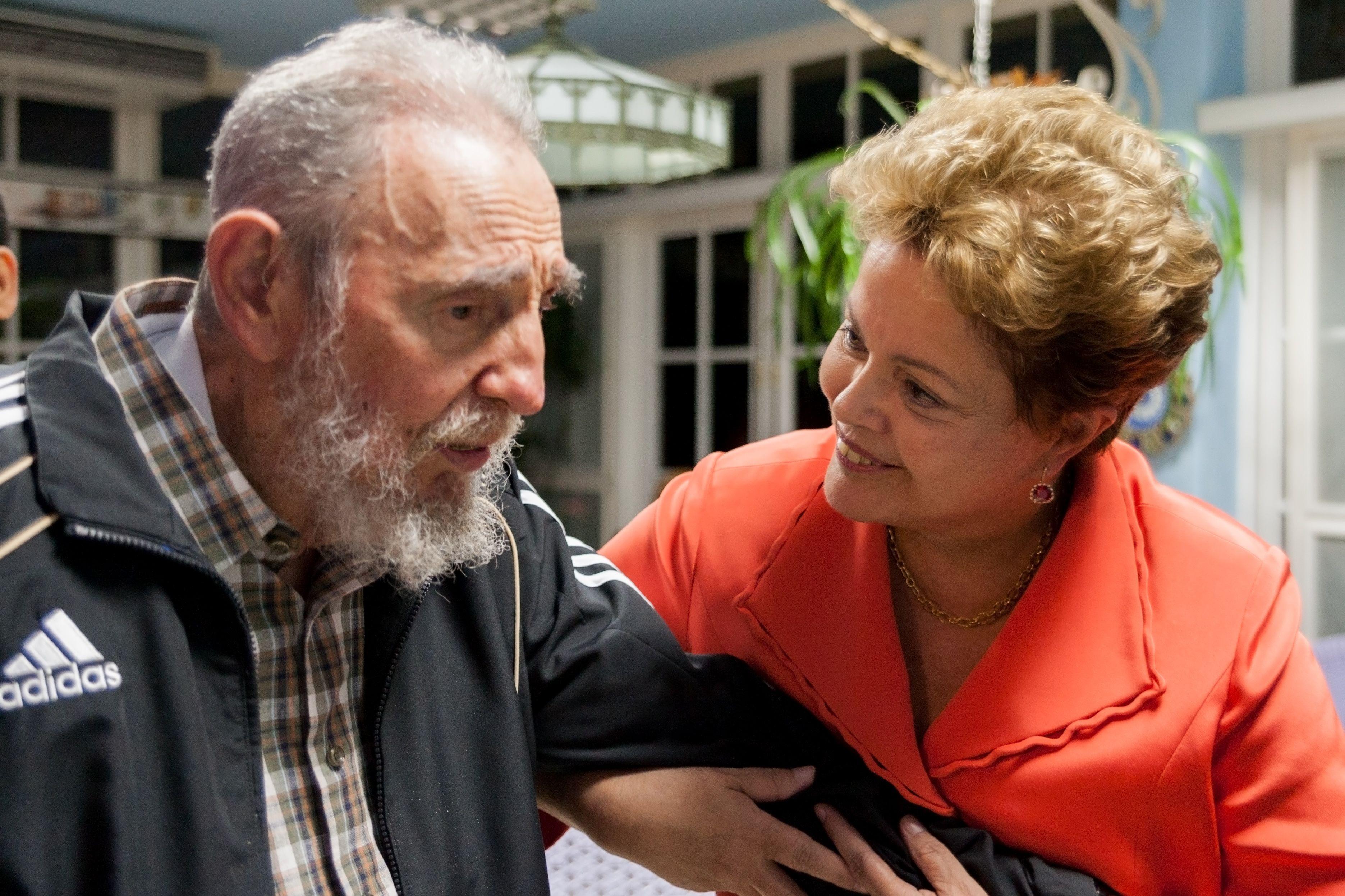 Foto tirada em 2014 mostra encontro de Dilma Rousseff e Fidel Castro, em Havana