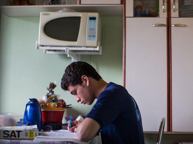 Gustavo tem rotina intensa de estudos na escola e em casa (Foto: Victor Moriyama/G1)