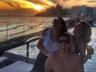 Fernanda Souza se diverte com amigos com direito a vistão do Rio