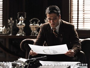 Franz vê os desenhos de Sílvia e incentiva sua contratação (Foto: Joia Rara/ TV Globo)