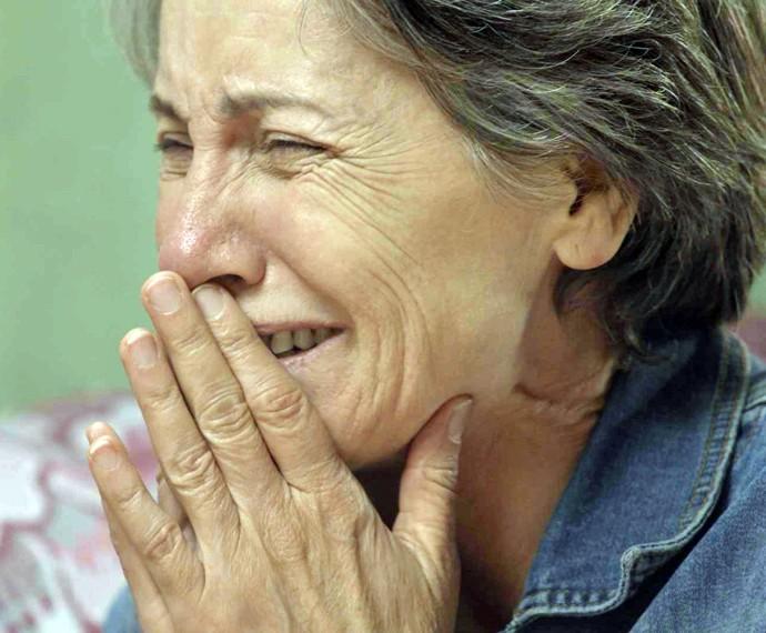 Djanira sofre pressão de Tóia, solta um tapa na cara da filha e fica chocada com o que ela mesma foi capaz de fazer (Foto: TV Globo)