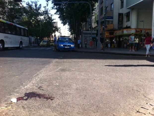 Marca de sangue ficou no asfalto na Rua do Catete, após tentativa de assalto (Foto: Guilherme Brito/G1)