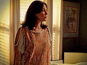 Alexia vira o jogo e decide aceitar o pedido de casamento de Cadinho (Foto: Avenida Brasil / TV Globo)
