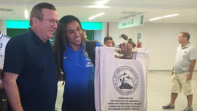 Marta - Seleção Brasileira de Futebol Feminino - desembarque Natal-RN (Foto: Carlos Cruz/GloboEsporte.com)