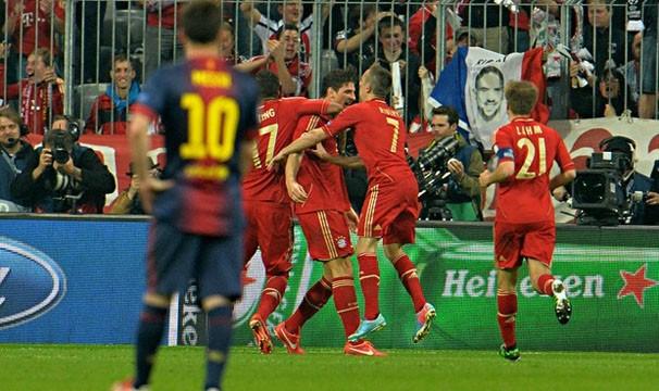 Messi acompanha a festa do Bayern de Munique: a equipe alemã ganhou o primeiro jogo por 4 a 0 (Foto: AP/Reprodução: Globoesporte.com)