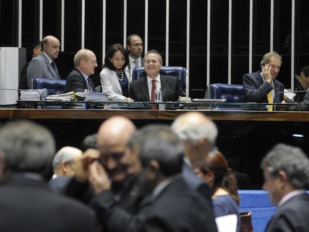 O presidente Renan Calheiros (PMDB-AL) comanda sessão do Senado (Foto: Lia de Paula / Agência Senado)
