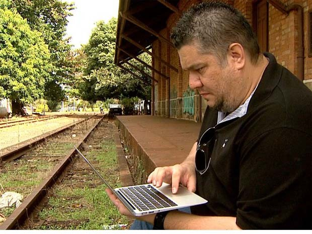 Em estação desativada em Ribeirão Preto, Tomaz diz que curiosidade e carinho das pessoas por ferrovias servem de motivação (Foto: REPRODUÇÃO/ EPTV)