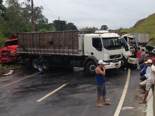 Acidente entre três caminhões interditou o fluxo de veículos da Paraíba para Pernambuco (Foto: Walter Paparazzo/G1)