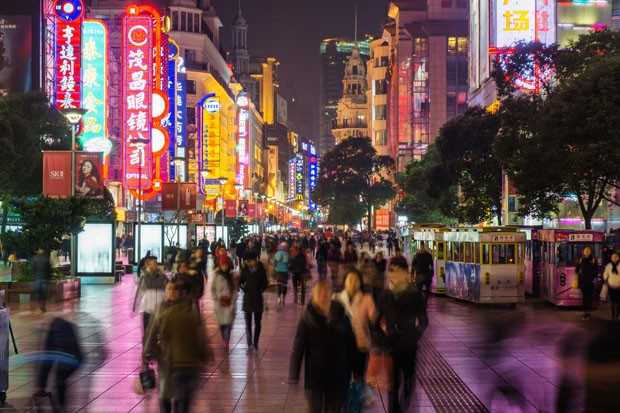 Night view of Nanjing Road in Shanghai. (Foto: Getty Images/iStockphoto)
