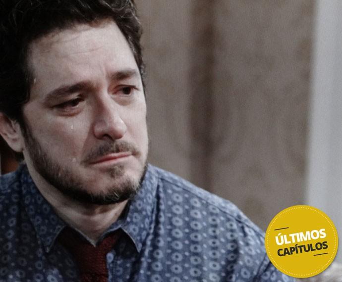 Edgard fica emocionado com a revelação (Foto: Globo)