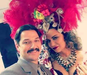 Luiza Brunet posa ao lado de Marcelo Serrado nos bastidores das gravações em que a personagem aparece de volta (Foto: Arquivo Pessoal)