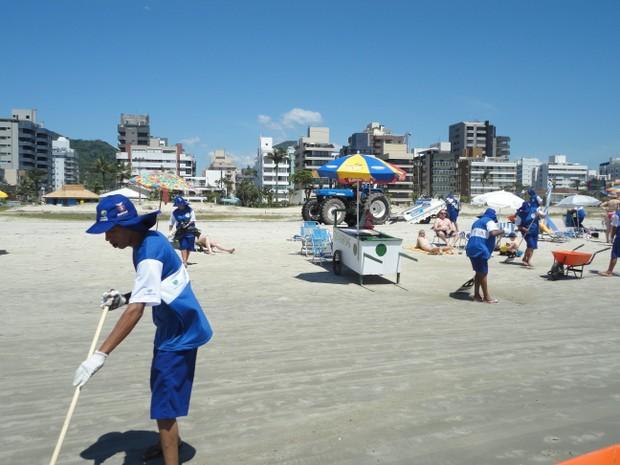 96 trabalhadores, moradores do litoral, foram contratados pela Sanepar para a limpeza das praias (Foto: Divulgação / Aen)