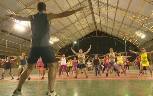 Projeto promove prática de atividades físicas com moradores do Conjunto Joarez Távora, em Rio Branco (Foto: Bom Dia Amazônia)