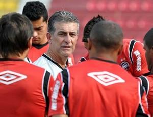 Ricardo Drubscky, técnico do Atlético-PR, orienta grupo (Foto: Divulgação/Site oficial do Atlético-PR)
