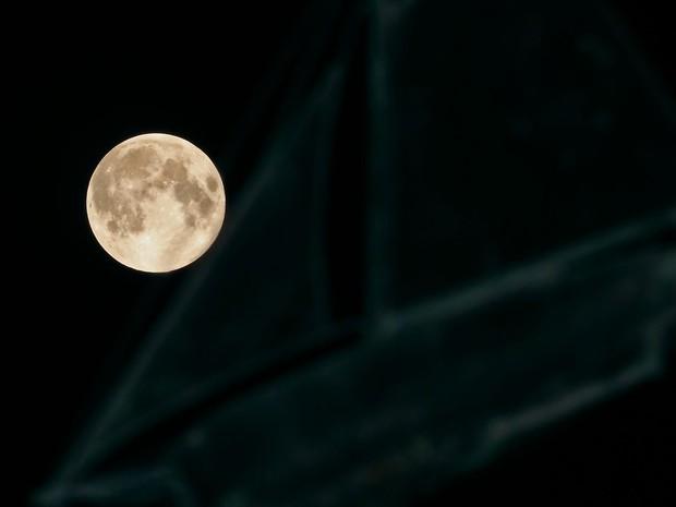 Lua vista em Oconomowoc, Wiscosin, nos Estados Unidos (Foto: John Hart/Reuters)