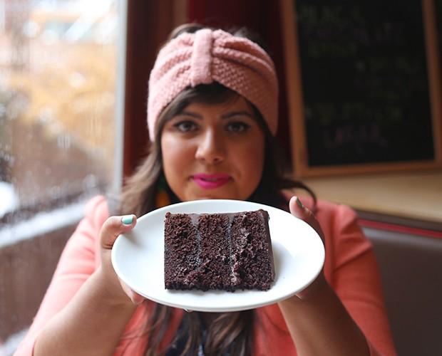 Raiza Costa mostra saborosa fatia de seu bolo de chocolate molhadão (Foto: Gshow)