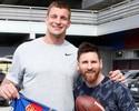 Astro dos campeões Patriots visita treino do Barcelona e posa com craques
