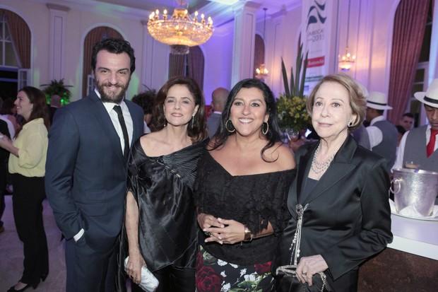 Rodrigo Lombardi, Marieta Severo, Regina Casé e Fernanda Montenegro (Foto: Isac Luz/EGO)