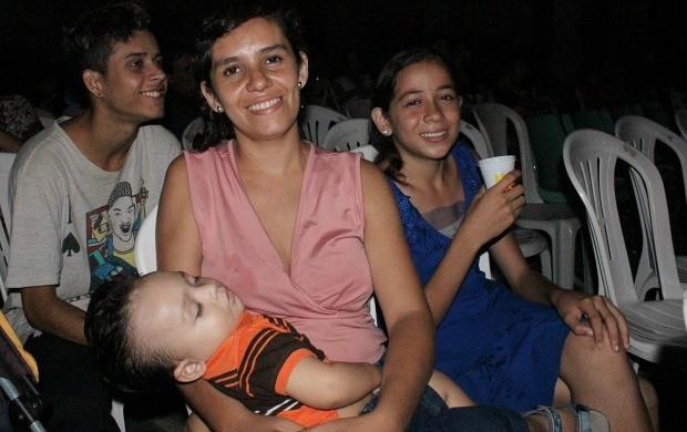 Autônoma Mônica Melo (blusa rosa) levou o filho, a irmã e o primo ao evento (Foto: Katiúscia Monteiro/ Rede Amazônica)