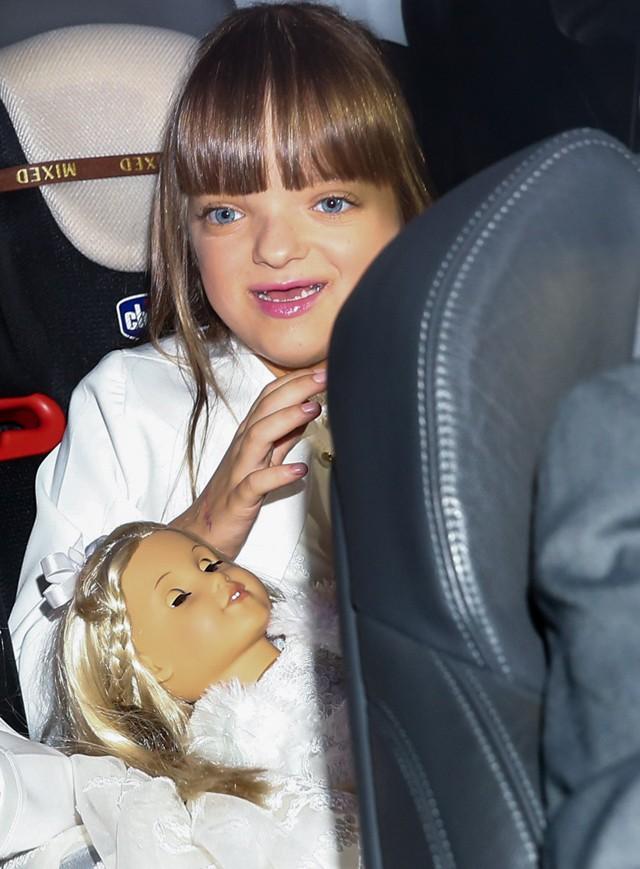 Rafa Justus levou sua inseparável boneca para o casamento do pai. Ela é uma das daminhas da cerimônia (Foto: Manuela Scarpa e Amauri Nehn/Photo Rio News)
