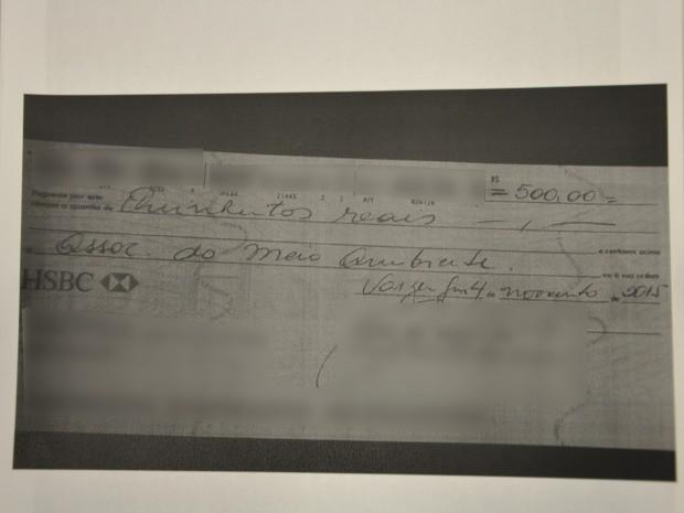 Cheque de 500 reais foi apreendido com estelionatárias durante flagrante. (Foto: Amanda Sampaio/G1)