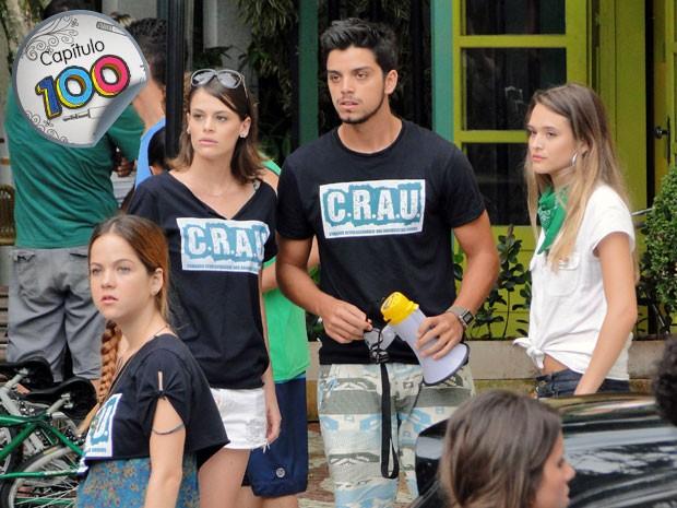 Bruno fica hipnotizado ao ver Rita do outro lado da rua (Foto: Malhação / TV Globo)