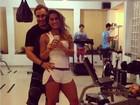 Mayra Cardi usa shortinho para malhar com o marido e o filho