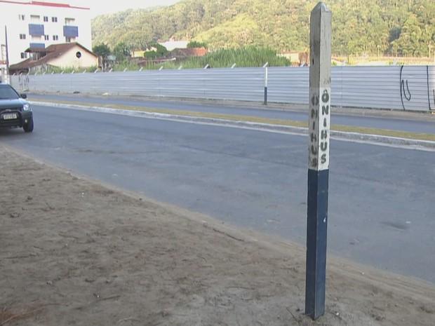 Falta de infraestrutura em ponto de ônibus incomoda moradores (Foto: Reprodução / TV Tribuna)