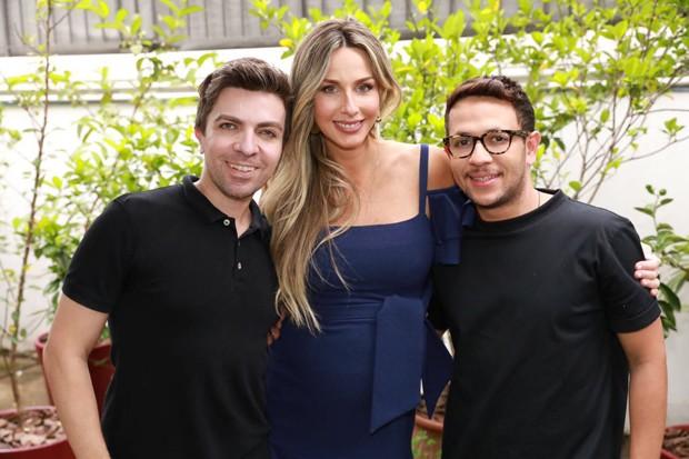 Mari Weickert Elton Thadeu, seu maquiador, e Evaldo Ribeiro  (Foto: Divulgação)