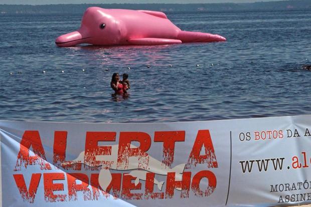 O boto-rosa inflável faz parte da campanha Alerta Vermelho da Ampa.  (Foto: Ampa)