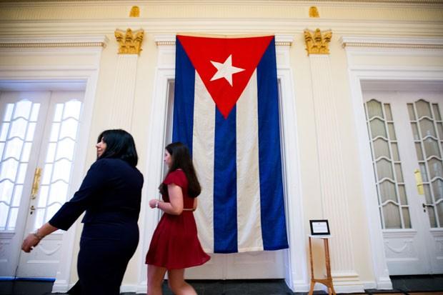 Bandeira cubana de 1961, a última a ser retirada da embaixada do país em Washington, em janeiro de 1961, é exibida dentro da nova embaixada do país nos EUA nesta segunda-feira (20) (Foto: Andrew Harnik/AP)