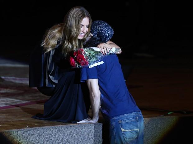 Ivete Sangalo ganha flores de fã em show em Salvador, na Bahia (Foto: Manuela Scarpa/ Brazil News)