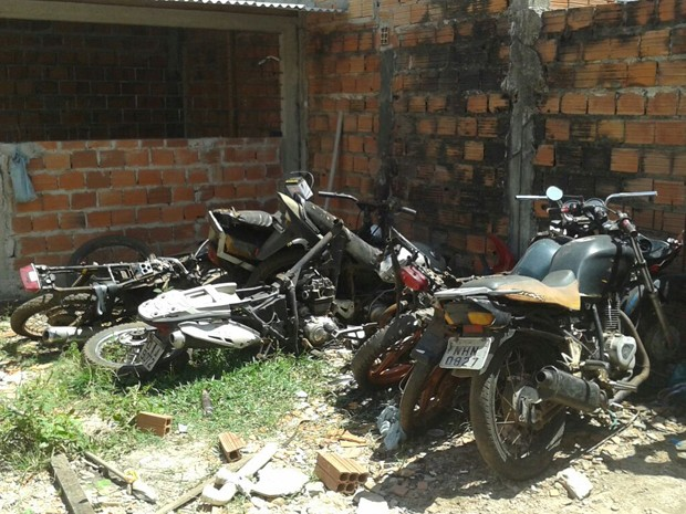 Na oficina a polícia encontrou várias motocicletas depenadas, com placas espalhadas pelo ambiente. (Foto: Divulgação/DRFV)