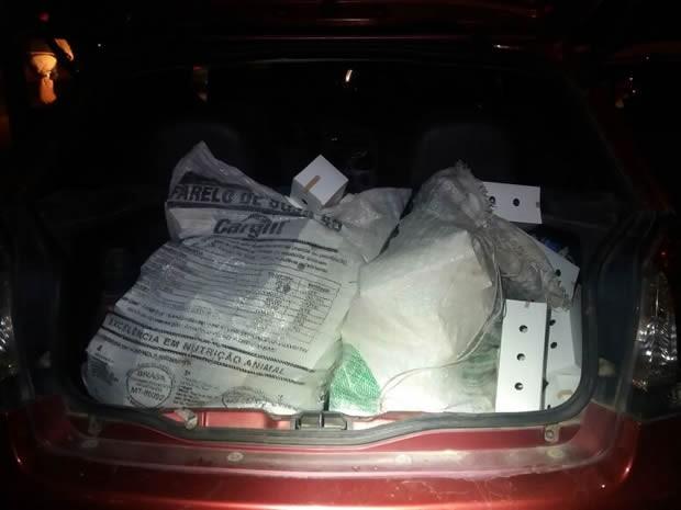 Aves estavam escondidas em porta-malas de carro (Foto: Divulgação/Polícia Rodoviária Federal)