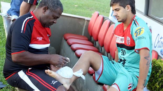 Júlio César recebe tratamento no tornozelo mas ainda é dúvida para o jogo contra o Penapolense (Foto: Cleber Akamine / globoesporte.com)