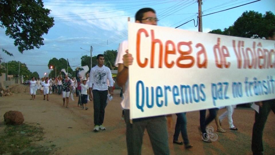Católicos fazem a caminhada pela paz, na capital de Roraima (Foto: Bom Dia Amazônia)