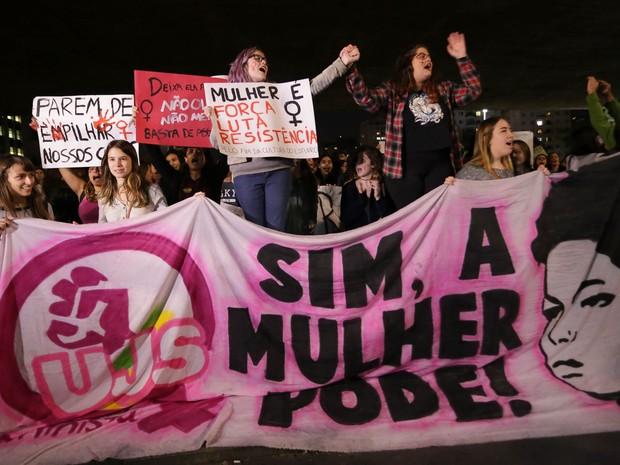 Mulheres fazem ato Por Todas Elas, na Avenida Paulista, em São Paulo (Foto: Newton Menezes/Futura Press/Estadão Conteúdo)