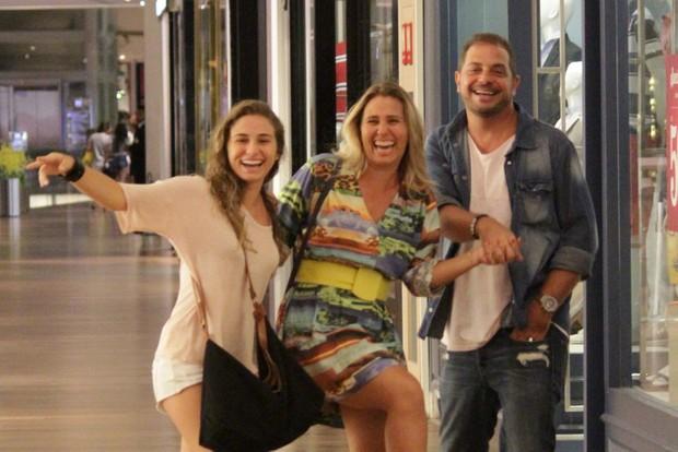 Andréia Sorvetão com a filha Giovanna e o marido em shopping na Zona Oeste do Rio (Foto: Fabio Moreno/ Ag. News)