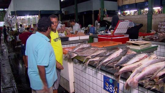 Resultado de imagem para Foto Consumidores intensificam pesquisa de preços para comprar pescados na Semana Santa