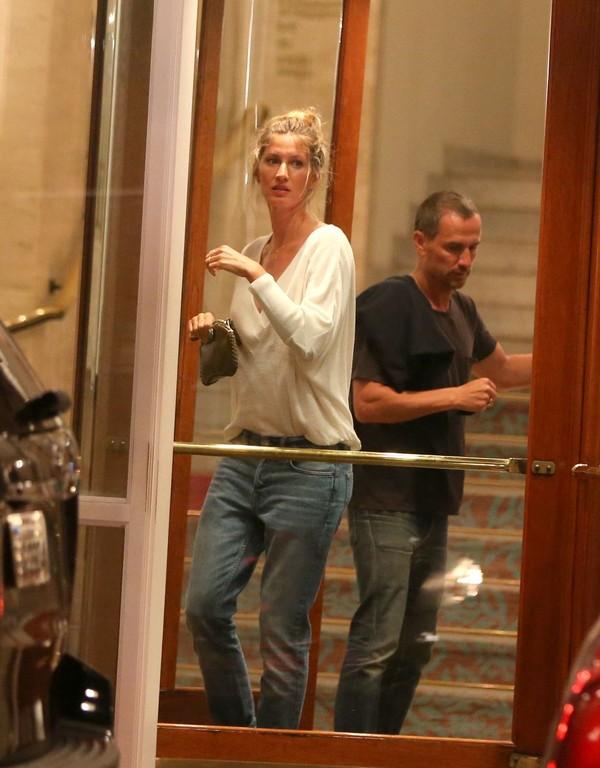 Gisele Bündchen vai a restaurante com irmã após dia de fotos no Rio